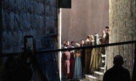 Серсея проходит мимо толпы по лестнице