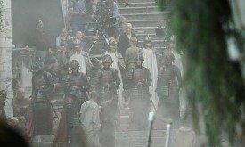 Король Томмен в сопровождении охраны хочет попасть в септу