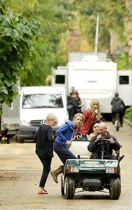 Нелл Тайгер Фри (Мирцелла) и Тоби Себастьян (Тристан Мартелл) собираются на съемки