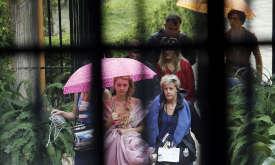 Мирцелла под розовым зонтиком и Тристан под желтым