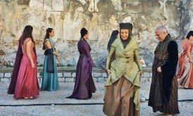 Девушки в разных костюмах; на переднем плане женщина, одетая как Оленна Тирелл