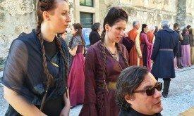 Девушки в костюмах по моде Королевской Гавани (платья как у Сансы во втором сезоне)