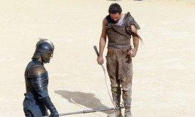 На арене дотракиец и воин с копьем