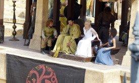 Постамент для знатных особ и их слуг: Тирион, Хиздар, Дени, Миссандея и Даарио