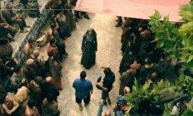 Женщина в одежде септы и режиссер Дэвид Наттер