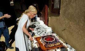 Дени разрезает праздничный торт