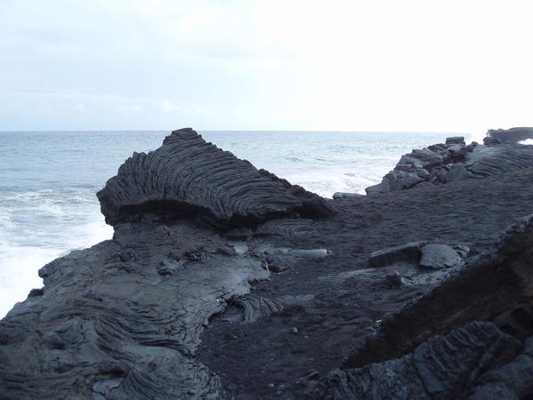 Эффузивные горные породы на берегу