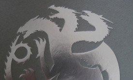 Фигурка дракона на обложке