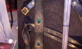 В сериале мы даже и не заметили, но ножны меча Джораха украшены павлиньими перьями