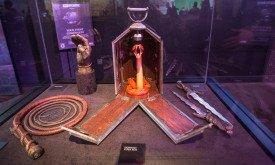 В центре — подарок из Дорна, который так напугал Серсею; слева — рука Джейме и кнут одной из Змеек; справа — кинжалы другой