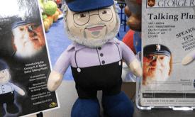 Джордж Мартин в виде игрушки на полке