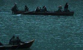 В это время Джон в сопровождении Тормунда и друзей плывет в Суровый Дом