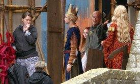 В короне Джоффри, что-то говорит Изембаро, видно также Серсею и Сансу