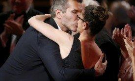 Дэвид Беньофф целует свою жену (Аманду Пит), перед тем как подняться на сцену за наградой