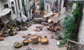 Место событий: лестница и корзины с фруктами