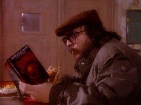 Джордж Мартин читает свою антологию «Песчаные короли» в небольшой роли-камео в сериале «Beauty and the Beast», 1988 г.