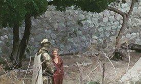 Серсея стоит на берегу вместе со Стронгом