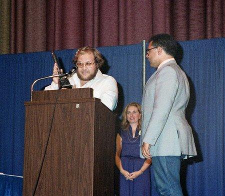 Джордж Мартин на церемонии вручения премии Хьюго 1980 г. принимает награду за «Королей-пустынников» из рук американского фантаста Сэмюэля Дилэни; сразу после Мартину вручат вторую награду за «Путь креста и дракона».