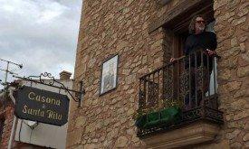 Джек Бендер смотрит с балкона