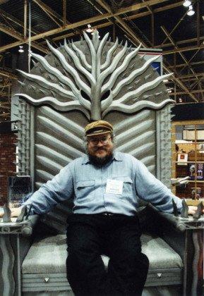 Джордж Мартин на первом Железном троне, который издательство Bantam разместило на выставке в Чикаго в 1996 г.