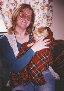 Джордж Мартин и Пэррис любят кошек, и у них их жило немало. Здесь на фотографии Пэррис держит первого кота, которого они завели, когда съехались в Санта-Фе.