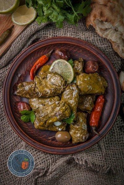 Виноградные листья с бараниной и грибами
