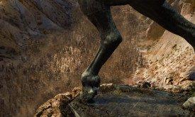 Она видит, скорее всего, те же статуи вздыбленных жеребцов при входе в Ваэс Дотрак, которые наблюдала в первом сезоне (надо признать, изваяния с тех пор сильно подросли)