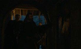 Братья Ночного Дозора ломают какую-то дверь под предводительством сира Аллисера Торне. Там Тормунд? Призрак? Забаррикадировавшиеся верные Джону братья?