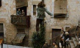 Между тем приключения в Браавосе: Арья получает по лицу от своей напарницы в Черно-белом Доме и выпрыгивает из окна, удирая