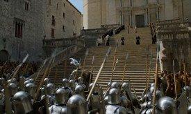 Назревает конфликт войска Тиреллов и служителей веры на ступенях септы
