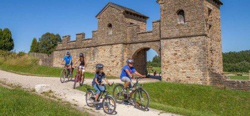 Частично восстановленные римские ворота в Баден-Вюртемберге