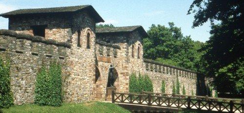 Реконструкция участка стены со рвом и воротами