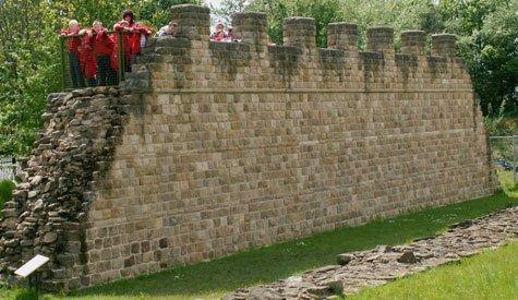 Реконструированный участок стены с туристами