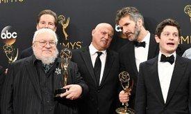 Создатели сериала и актеры позируют с наградами