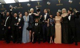 Актеры Игры престолов позируют с наградой за лучший драматический сериал