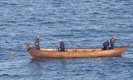 Человек в костюме Безупречного плывет на лодочке (фото 29 октября)