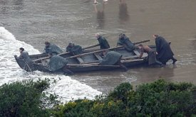 Не уверены, что из такого положения можно запрыгнуть в лодку.