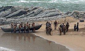 Затем дотракийцы уносят лодку.