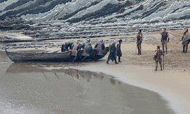 Прибытие Джона на Драконий Камень. Северяне затаскивают лодку, а король и его десница…