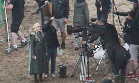 Дени показывают, где будет голова ее дракона