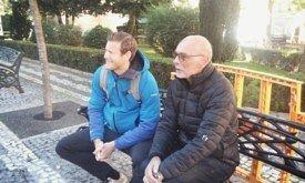 Отец и сын на скамеечке