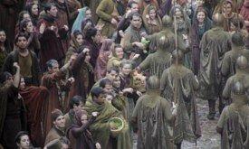 Золотые плащи и толпа (Касерес, 14 декабря)