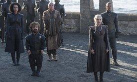 Дейнерис с советниками прибывает на Драконий Камень