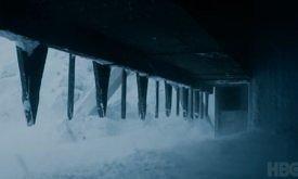 Открываются ворота, и ветер несет снег и холод