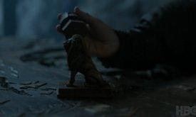 И ход Тириона (?) сбрасывает с карты-доски фигуру льва — к сожалению, не видно, какой другой фигурой (но вроде бы это не дракон)