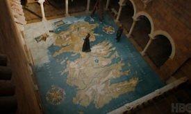 Трейлер начинается с прекрасного кадра большой карты Вестероса на полу где-то в Красном замке. Сразу обращаем внимание на ледник на западном побережье Северного региона.