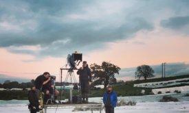 Операторы и помощники режиссера изучают картинку