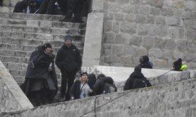 Дэн Вайс что-то объясняет Киту Харингтону Джон Сноу спускается по лестнице (башня Минчета, Хорватия, 7 февраля 2018)