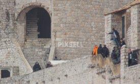 Джон вместе с неким дозорным Джон Сноу спускается по лестнице (башня Минчета, Хорватия, 7 февраля 2018)