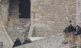 Те же, но прическа у Джона другая Джон Сноу спускается по лестнице (башня Минчета, Хорватия, 7 февраля 2018)